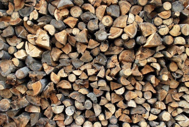 背景加起的切好的干燥木柴日志 免版税库存图片