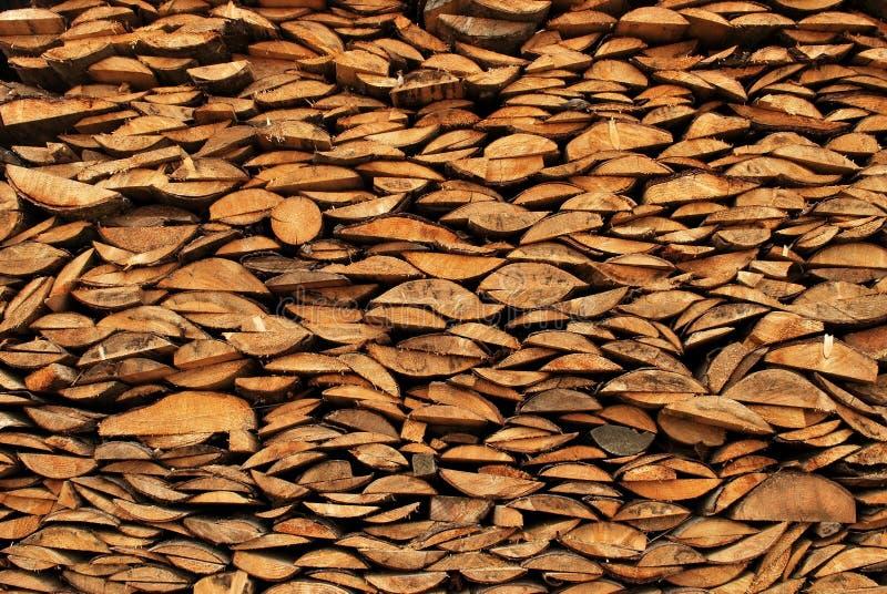背景加起的切好的干燥木柴日志 库存照片