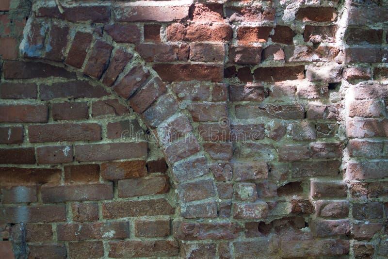 背景古老曲拱红色和棕色砖 免版税库存照片