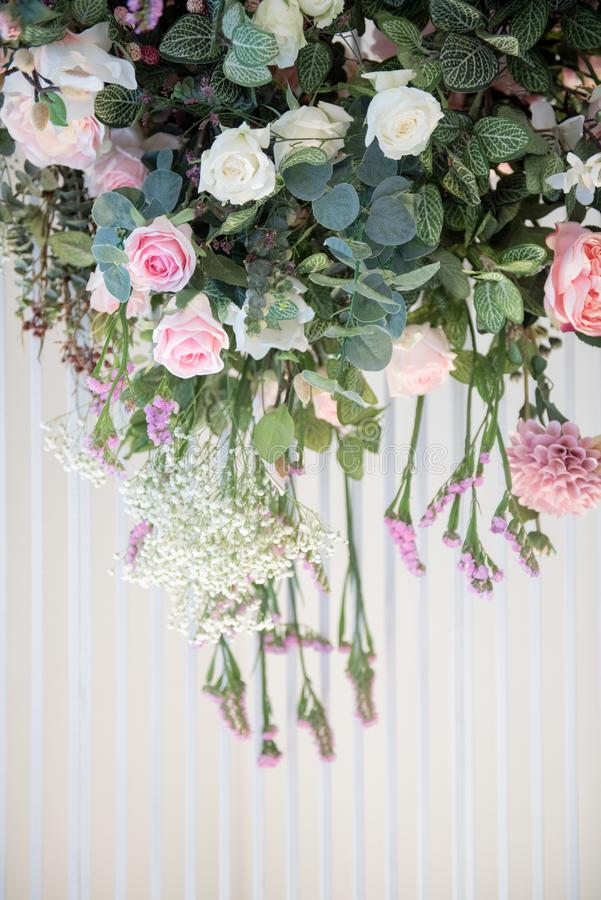 背景和垂悬在婚姻的背景的白色帷幕的构造花 免版税库存照片