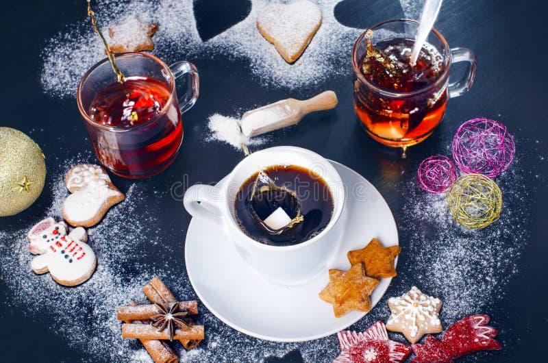 背景咖啡倾吐的飞溅白色 咖啡和茶用圣诞节曲奇饼 免版税库存照片