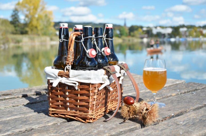 背景啤酒瓶上色柔和的橙色被拍摄的工作室黄色 免版税库存图片