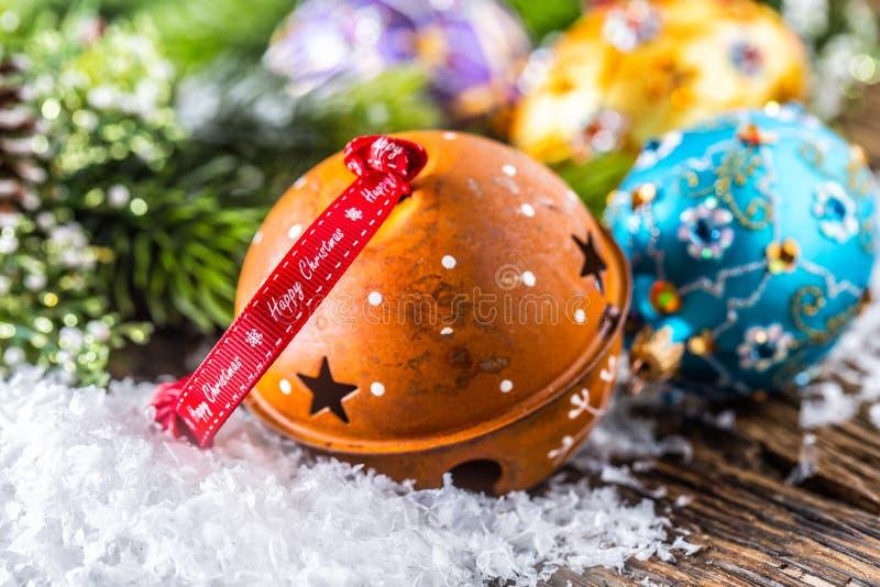 背景圣诞节关闭红色时间 与装饰的生锈的门铃丝带愉快的圣诞节文本和豪华圣诞节球 库存照片