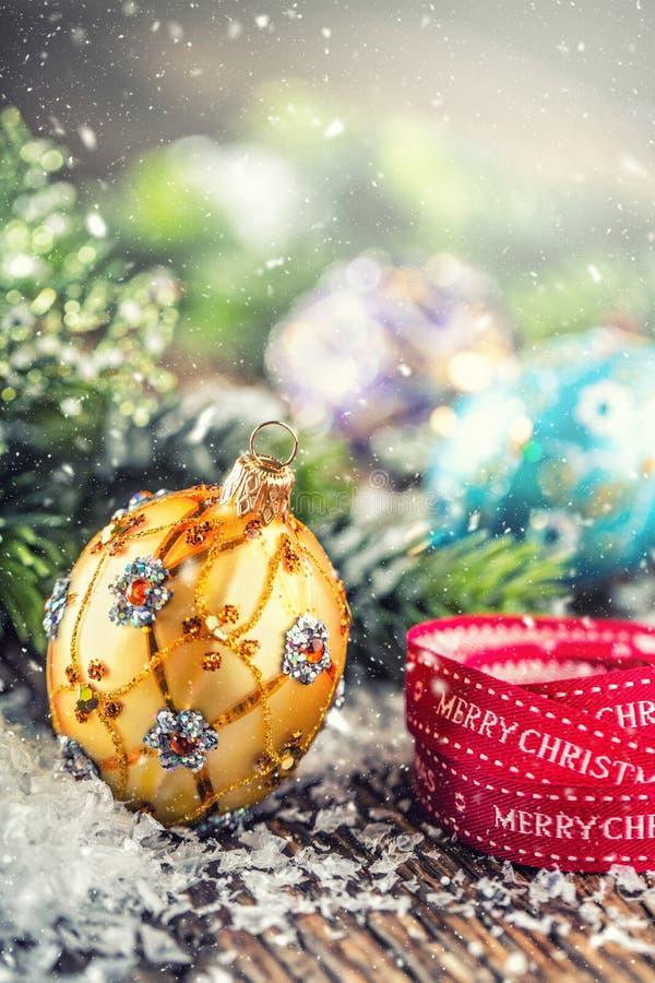 背景圣诞节关闭红色时间 豪华金黄紫色蓝色圣诞节球和装饰 与文本愉快的圣诞节的红色丝带 库存照片
