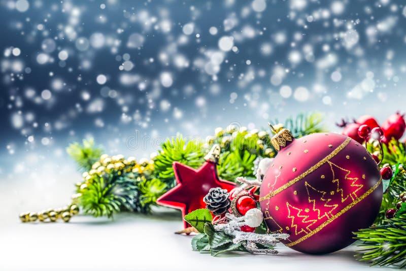 背景圣诞节关闭红色时间 与球冷杉的在闪烁背景的圣诞卡和装饰 库存图片