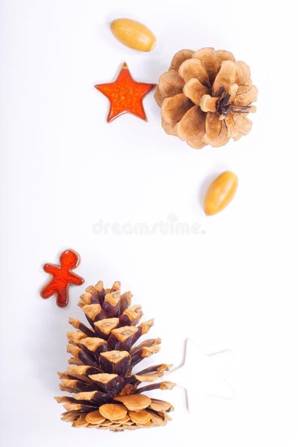 背景圣诞节和新年概念杉木锥体和坚果有陶瓷装饰的 库存图片