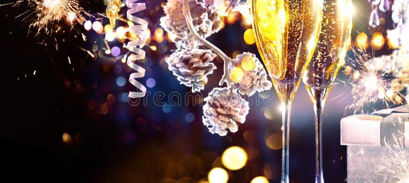 背景圣诞节构成的节假日场面 长笛用闪耀的香槟 免版税库存照片