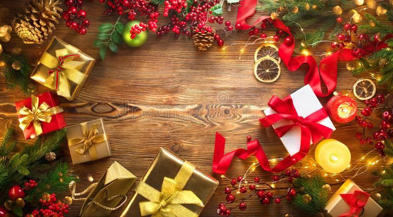 背景圣诞节构成的节假日场面 五颜六色的被包裹的礼物盒,美好的Xmas和新年背景与礼物盒、蜡烛和照明设备诗歌选 免版税库存照片