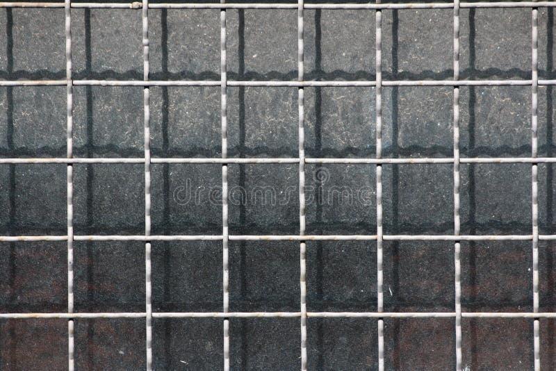 背景在被放弃的工业体系老肮脏的窗口登上的净形状的金属棒保护墙纸纹理  免版税图库摄影