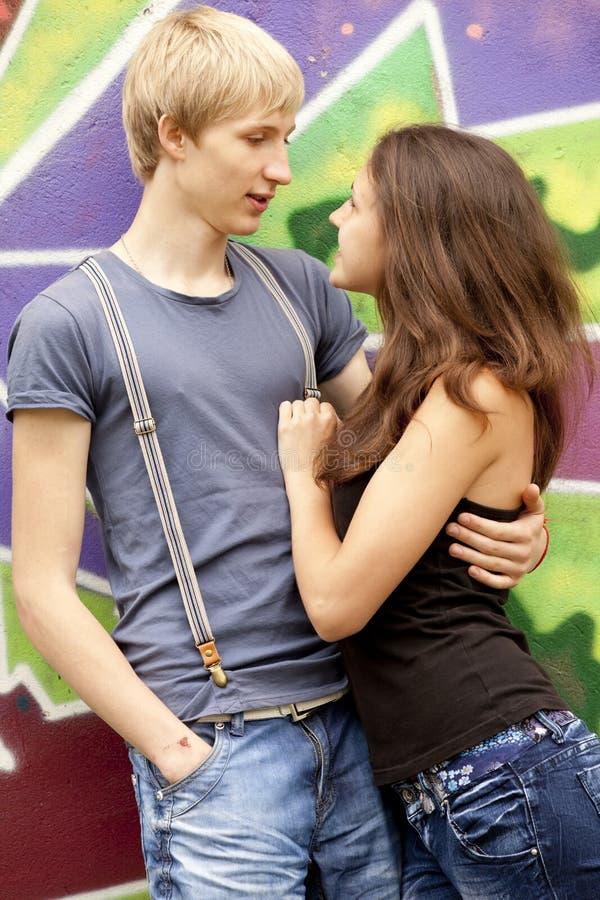 背景在青少年的样式附近的夫妇街道画 免版税库存照片