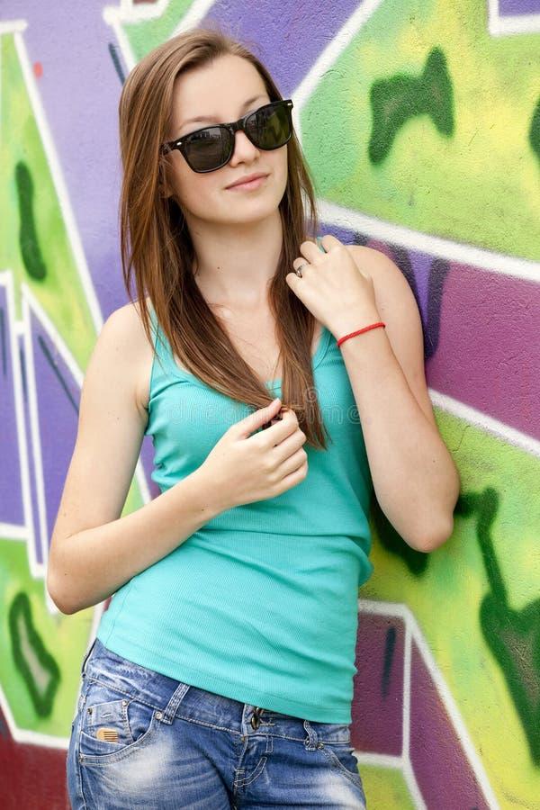 背景在青少年的样式附近的女孩街道画 图库摄影