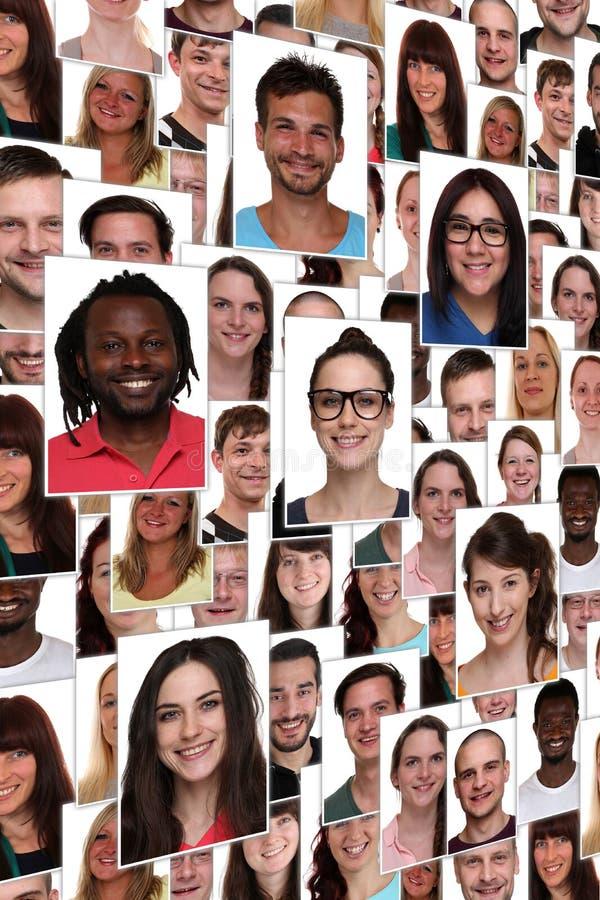 背景多种族年轻愉快的微笑的peo小组画象  库存照片