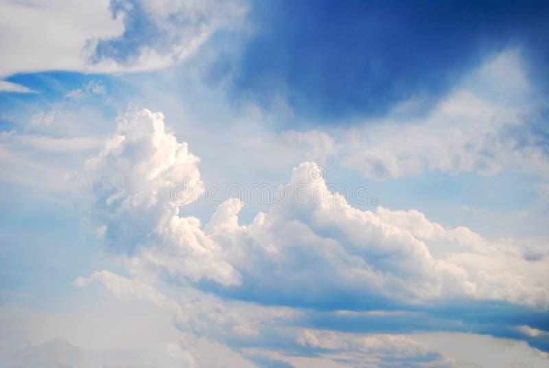 背景大气积云生动的天空蔚蓝 免版税图库摄影