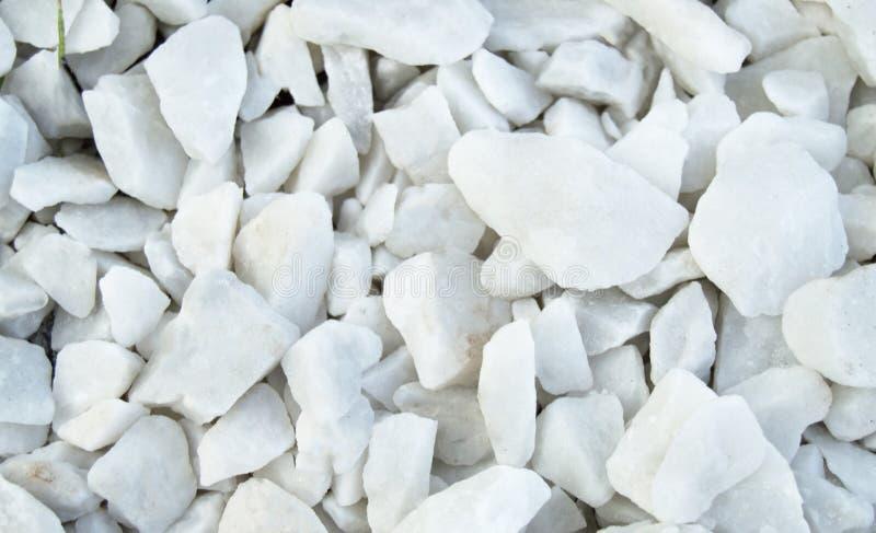 背景天然材料-白色小卵石,石渣,放置的道路石头在公园,顶视图 库存图片