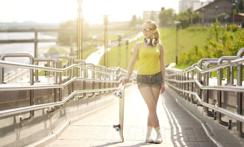 背景女孩射击滑板工作室少年白色 库存图片