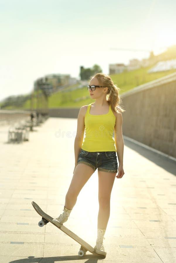 背景女孩射击滑板工作室少年白色 免版税库存图片