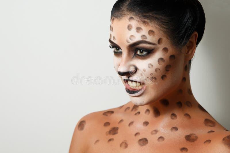 背景女孩纵向白色 面孔艺术 人体艺术 发型 黑发 通配的猫 咆哮声 免版税库存照片