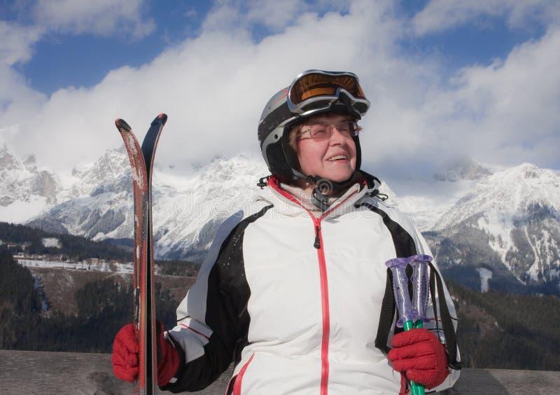 背景山滑雪者 库存照片