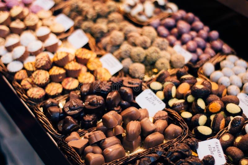 背景巧克力例证块菌包裹 免版税库存照片