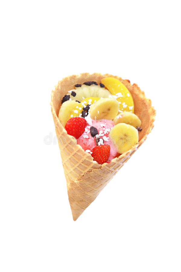 背景巧克力锥体提取乳脂在开心果草莓香草白色的冰冰淇凌 图库摄影