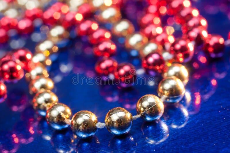 背景成串珠状蓝色金黄红色 库存图片