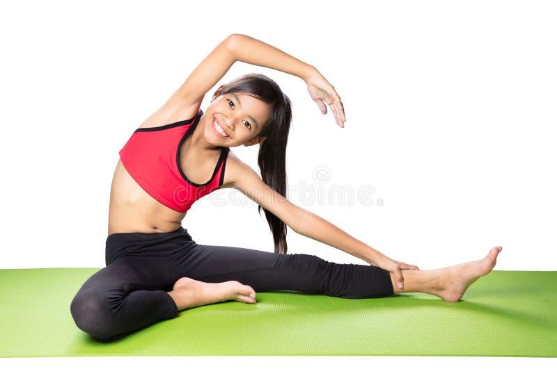 背景执行女孩健康查出的s衬衣体育运动白色瑜伽 免版税库存照片