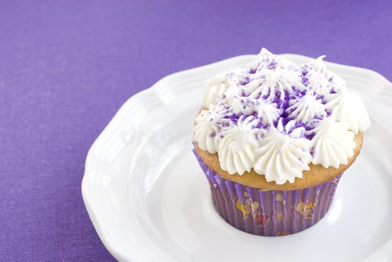 背景杯形蛋糕紫色香草 免版税库存图片