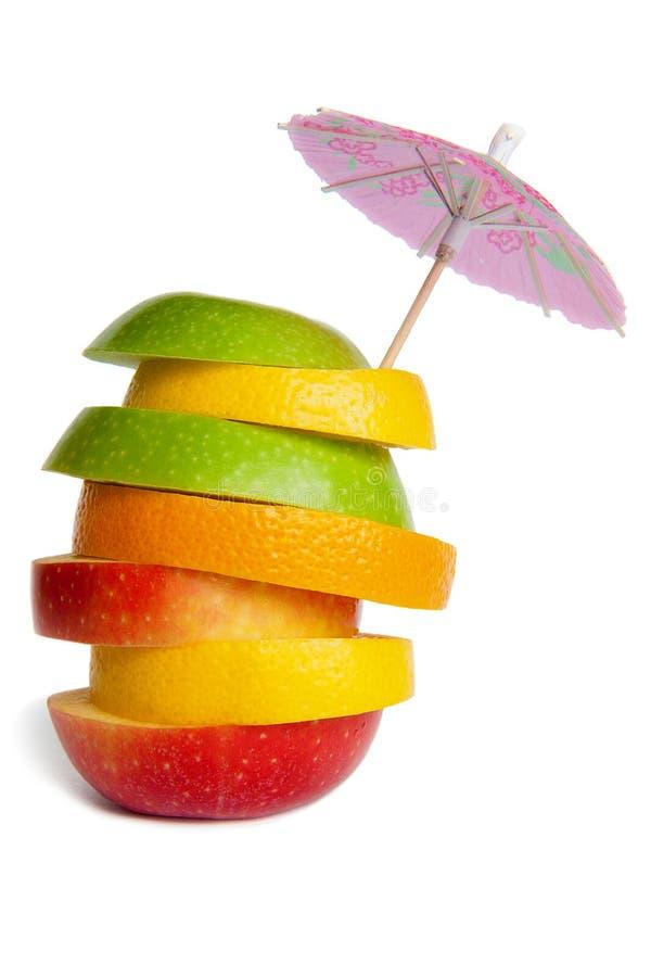 背景果子混合白色 红色苹果,绿色苹果,桔子,柠檬,葡萄柚 鸡尾酒伞 果子切 向量例证