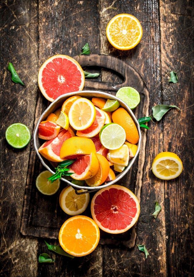 背景柑橘准备好的文本 在老桶的新鲜的柑橘水果 免版税库存图片