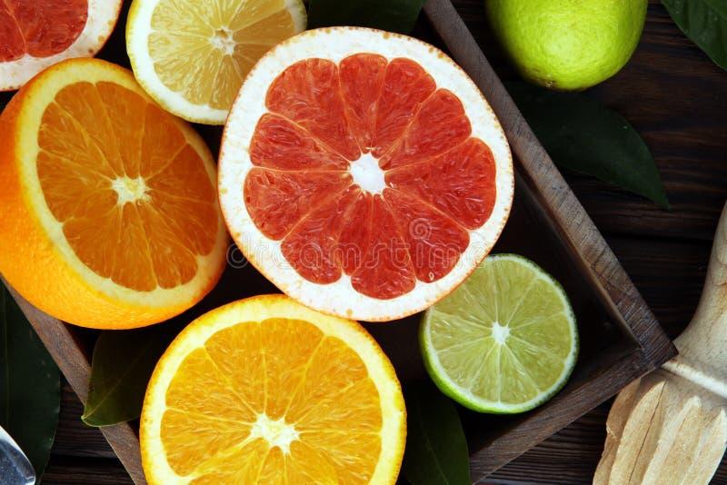 背景柑橘准备好的文本 被分类的新鲜的柑桔 柠檬,橙色石灰,葡萄柚 库存照片