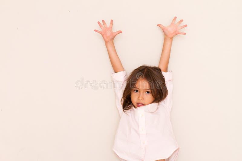 背景查出演奏白色的一点的女孩愉快 图库摄影