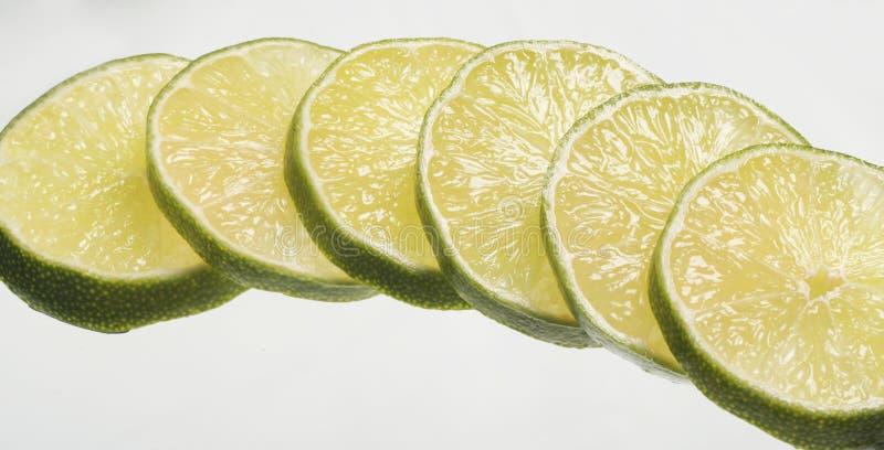 背景查出的柠檬切白色 库存照片