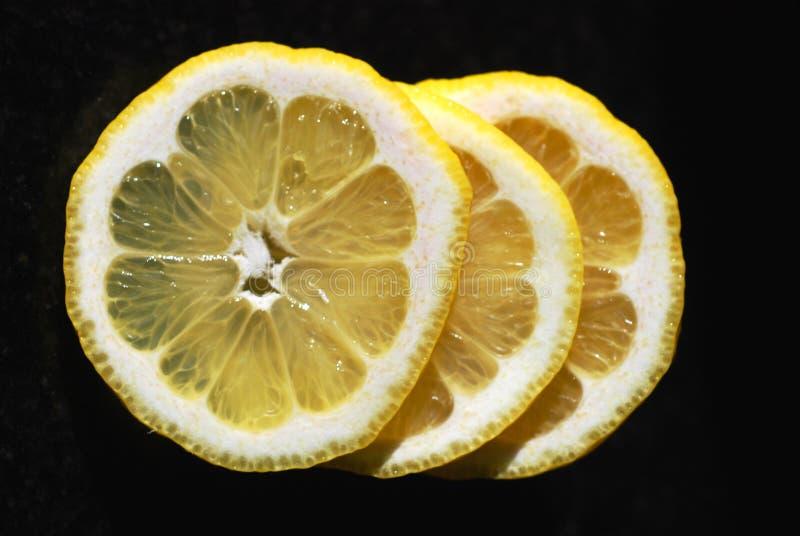 背景查出的柠檬切白色 免版税库存图片