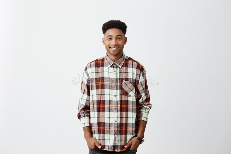 背景查出的白色 人们和情感 微笑年轻悦目深色皮肤的人,佩带的方格的衬衣 免版税库存图片