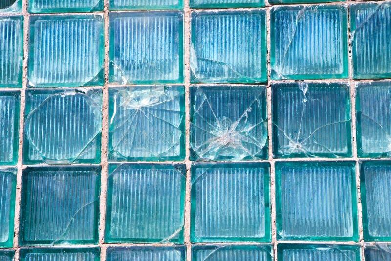 背景样式的残破的玻璃 与一个弹孔的残破的窗口在窗口的中间孔 崩溃纹理 免版税图库摄影