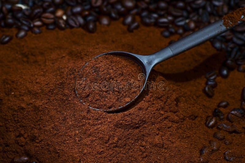 背景棕色咖啡查出的粉末白色 免版税库存照片