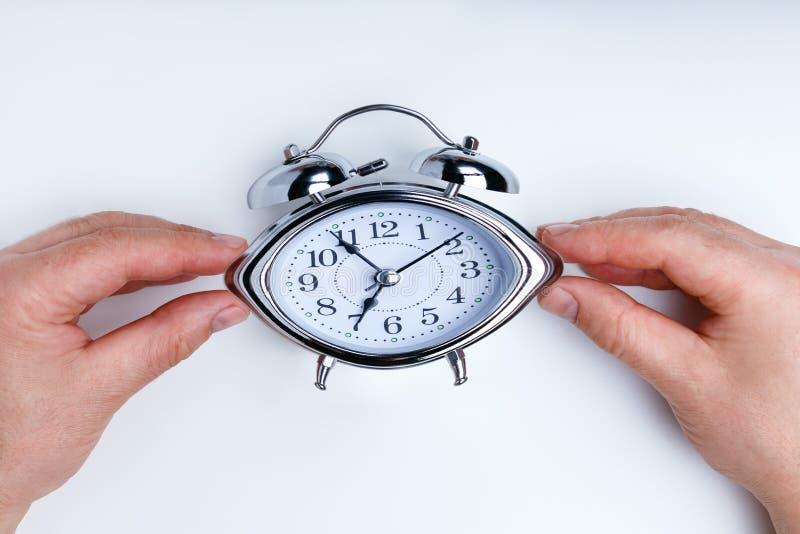 背景概念查出的目的程序时间白色 设法的商人通过拉扯转动时间在时钟 免版税库存照片