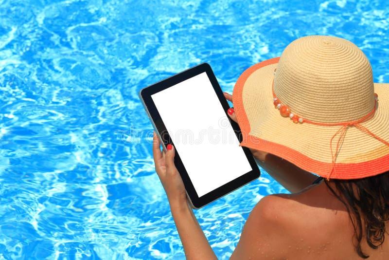 背景概念框架沙子贝壳夏天 拿着片剂计算机的妇女 免版税库存图片