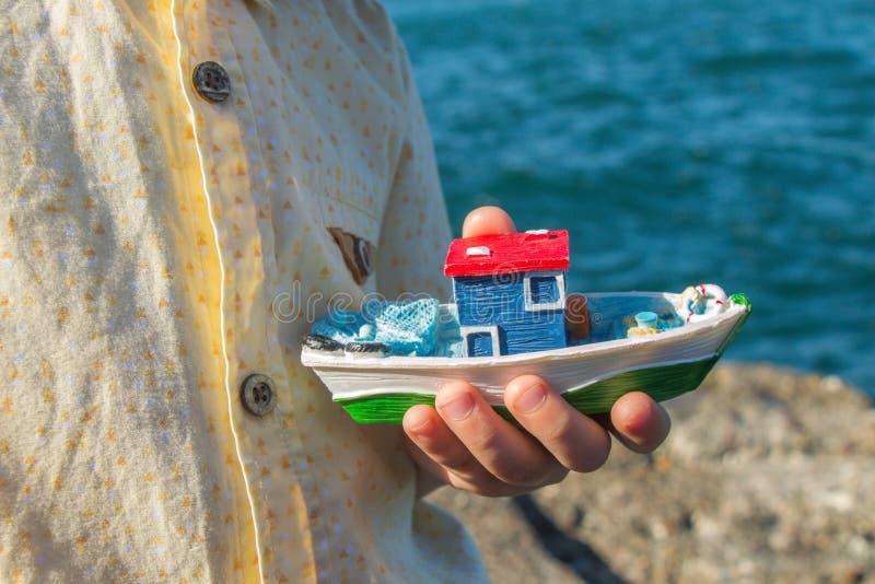 背景海中,孩子们带着船模 库存照片
