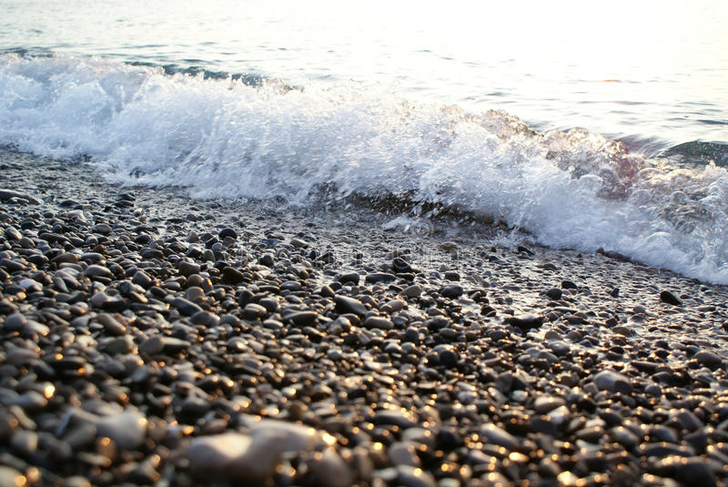背景海在Pebble海滩的波浪海浪 图库摄影