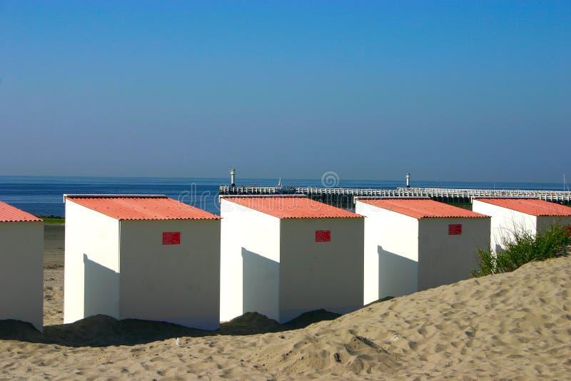 背景海滩客舱关闭码头  免版税库存照片
