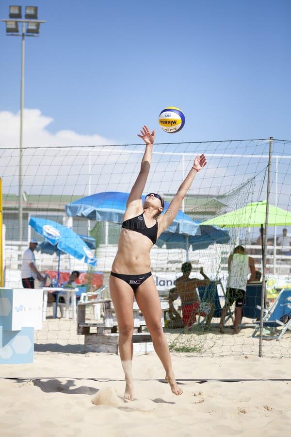 背景海滩查出的排球白色 女孩齐射球 库存照片