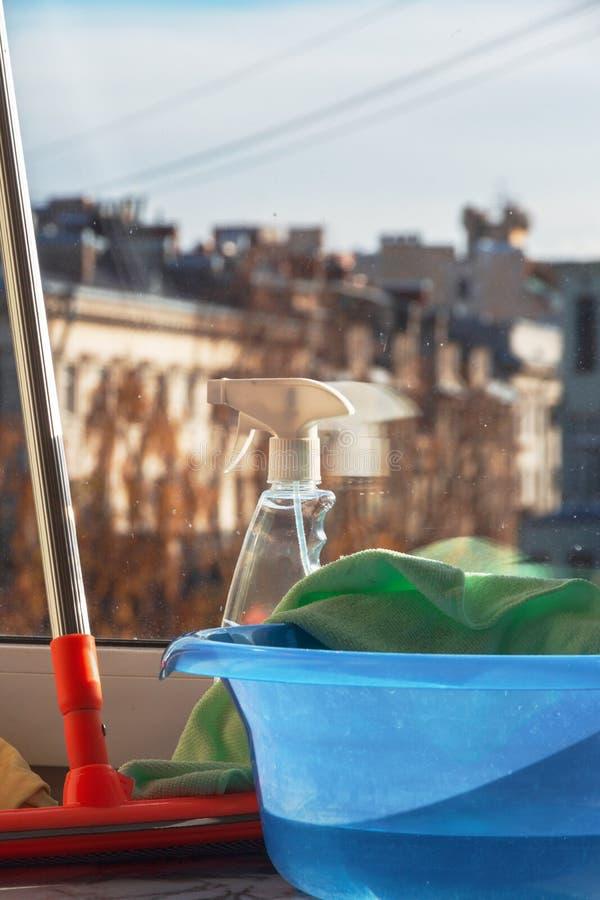 背景清洁布新的橙色海绵用品 洗涤的窗口的家庭清洁产品 免版税图库摄影