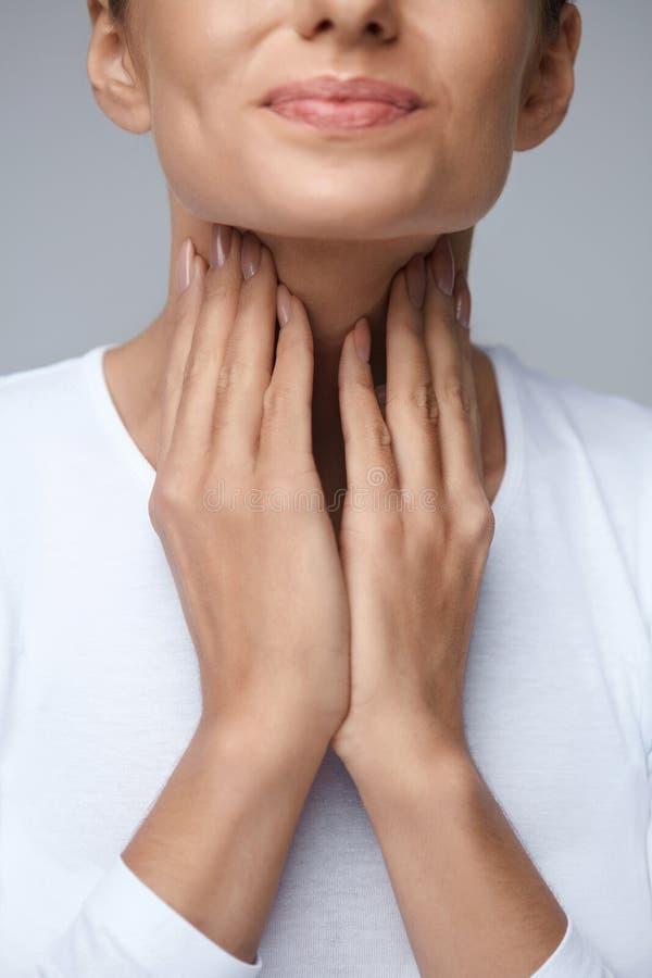 背景现有量查出在安排病的喉咙痛白人妇女 特写镜头美丽的妇女手和脖子 喉头痛苦 库存图片