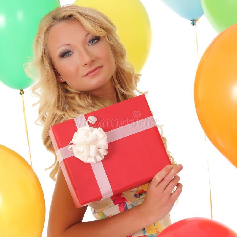 背景球的女孩与礼物盒 库存照片