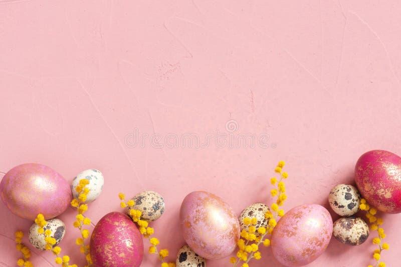 背景用与金黄斑点和花的各种各样的复活节彩蛋 库存照片