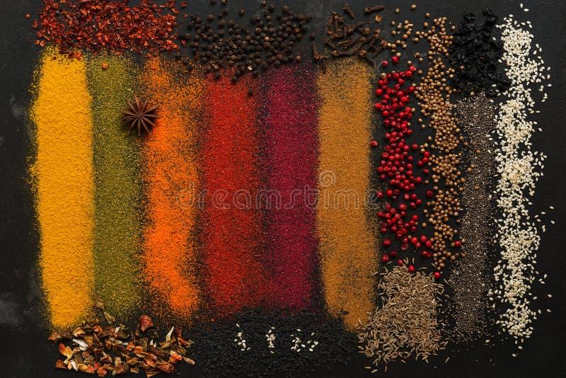 背景用各种各样五颜六色的香料 图库摄影