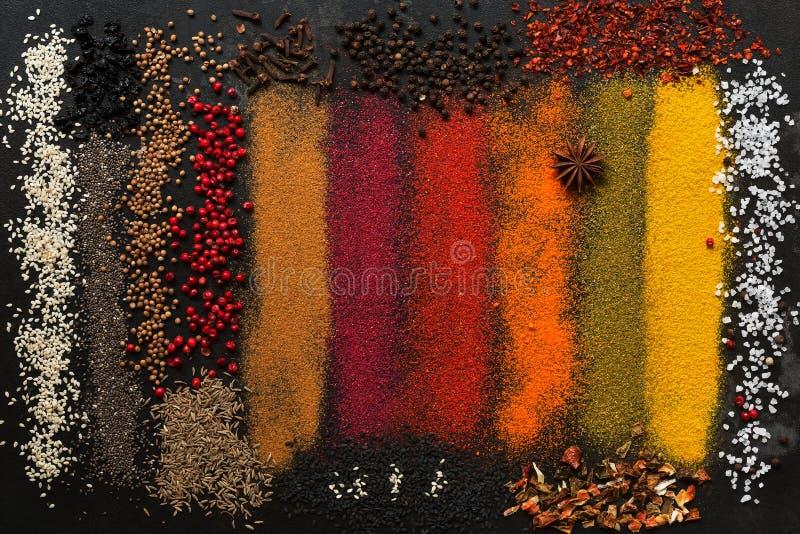 背景用各种各样色的香料 五颜六色的调味料的汇集 免版税库存图片