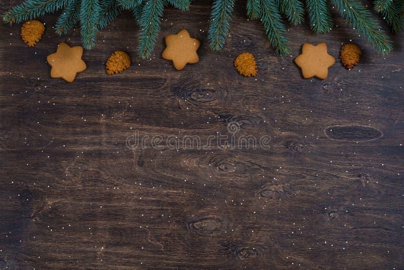 背景用姜饼圣诞节曲奇饼和冷杉木分支 图库摄影