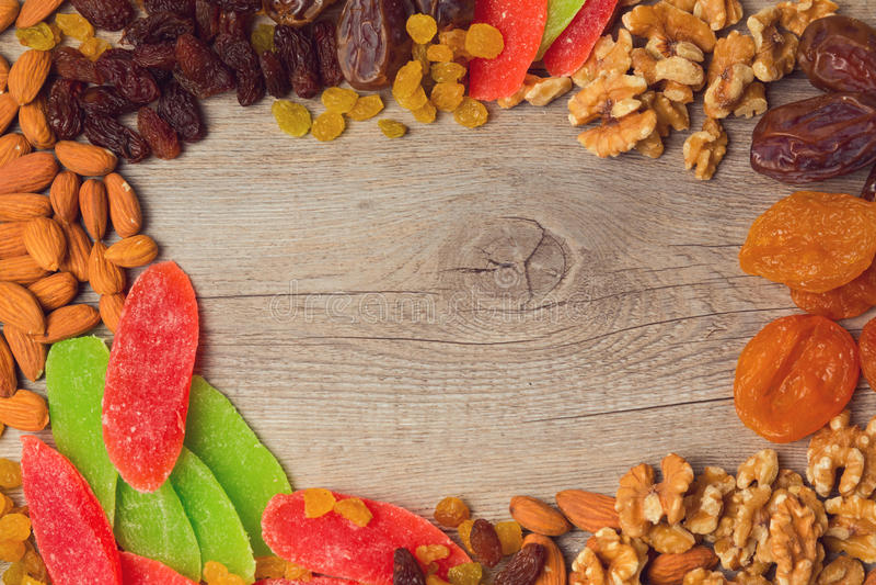 背景用被分类的干燥果子和坚果 在视图之上 免版税库存照片